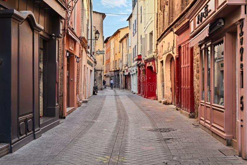 L `-Ö-sur-la-Sorgue, Vaucluse, Frankrike: gata i stadscenten royaltyfria bilder