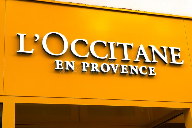 L логотип ` OCCITANE на фасаде стоковые изображения rf