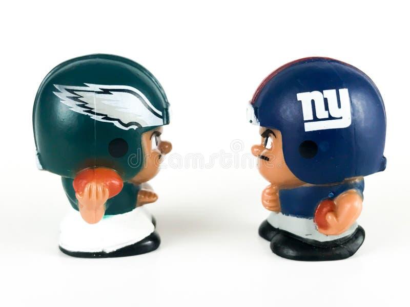 ` L товарищи по команде Collectibles Li забавляется, Giants лицом к лицу с Eagles стоковые изображения rf