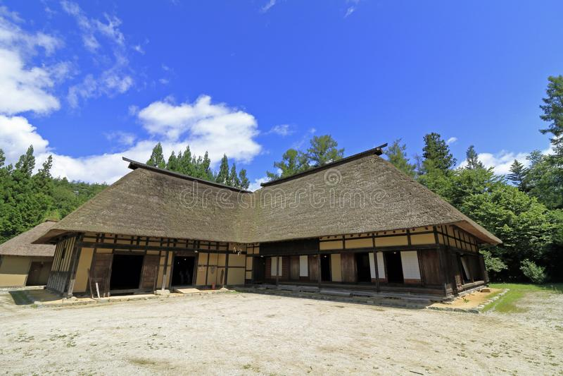 L форменный японский дом стоковое изображение