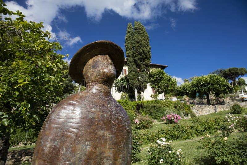 L 'envol - uma escultura por Jean-Michel Folon em Rose Garden, Florença, Itália - 23 de maio de 2016 fotos de stock royalty free