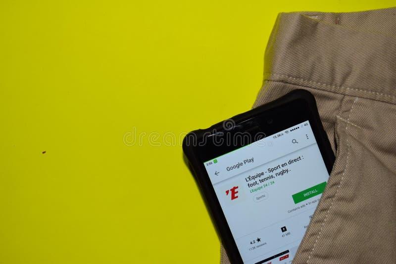 L 'Equipe - en do esporte direto: pé, tênis, aplicação do colaborador do rugby na tela de Smartphone imagens de stock royalty free