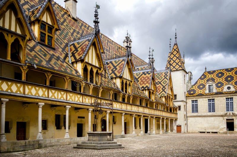 L 'hotel-Dieu ou os hospícios do hospital histórico de Beaune, com visitantes, em Beaune, Borgonha, França fotografia de stock royalty free