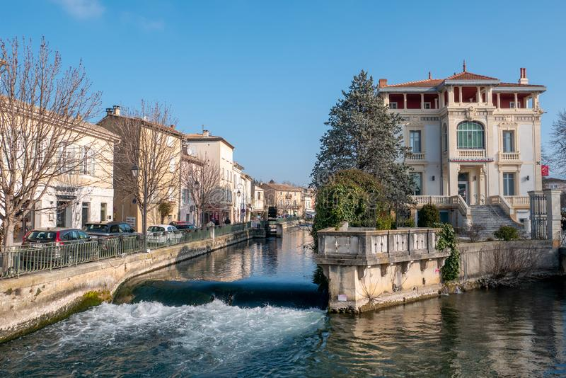 """L """"strets d'Île-Sur-La-Sourgue et canal, paysage urbain photo libre de droits"""