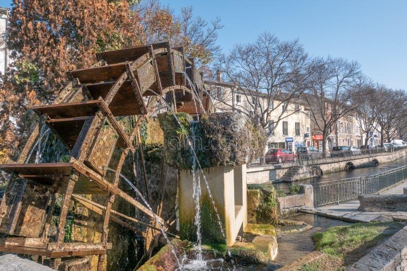 """L """"strets d'Île-Sur-La-Sourgue et canal, paysage urbain photographie stock"""