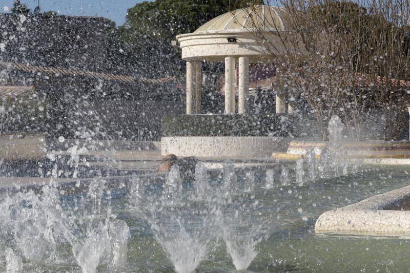 L `埃利安娜市区公园喷泉sprinking水 库存图片