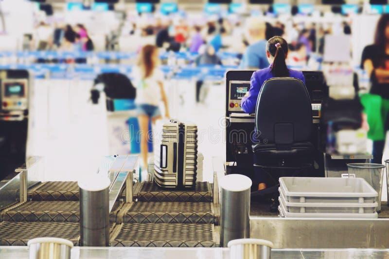 L'aéroport brouillé vérifient dans la porte de compteur de bureau avec la ceinture de bagage de pondération photographie stock libre de droits
