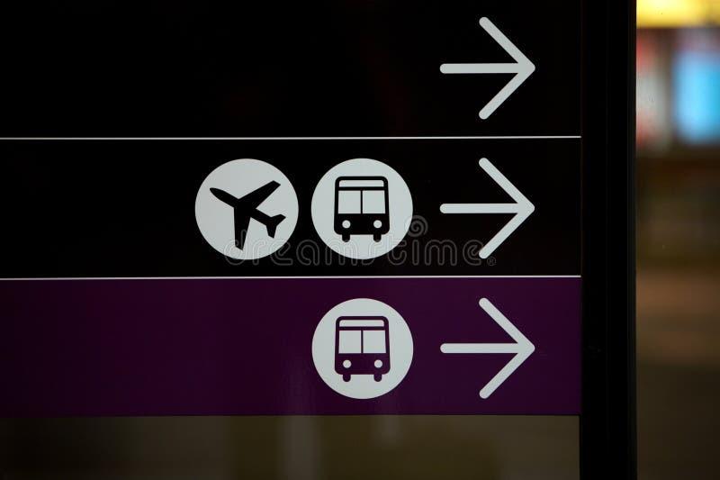 L'aéroport et le bus, la course et l'avion signent photo stock