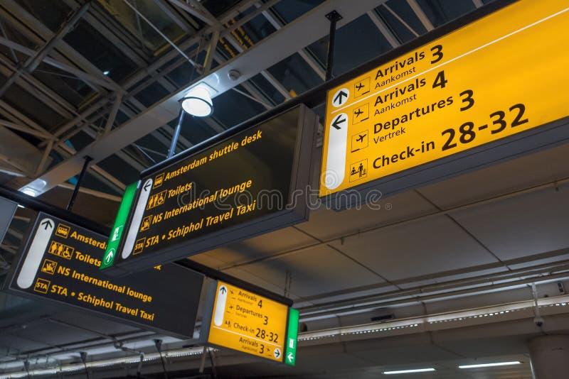 L'aéroport international Schiphol avec des arrivées et des départs modernes signe en anglais photo stock