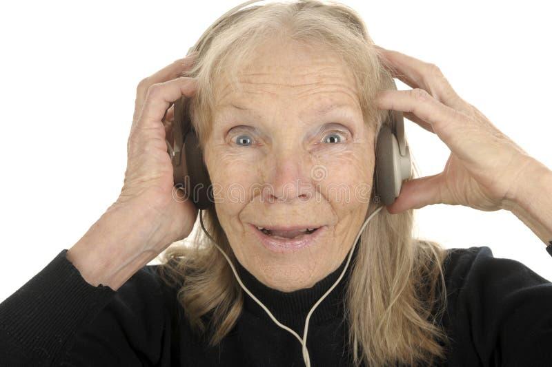 L'aîné apprécie la musique photographie stock libre de droits