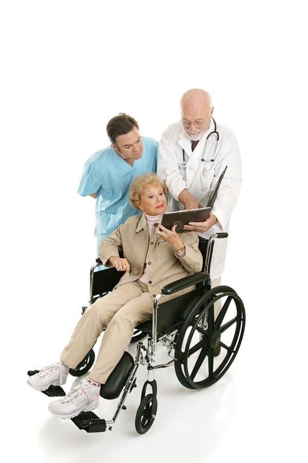 L'aîné handicapé consulte des Doc.s image stock