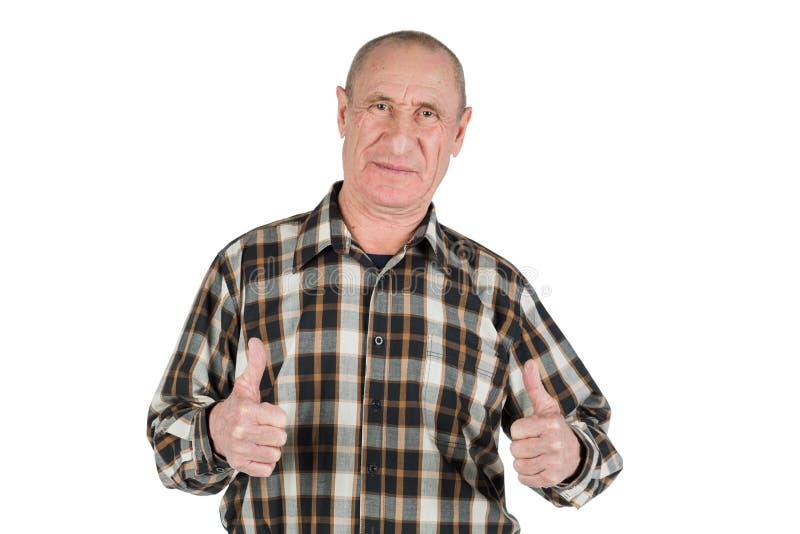 L'aîné satisfaisant heureux a vieilli l'homme montrant le pouce d'isolement sur le whi photographie stock libre de droits