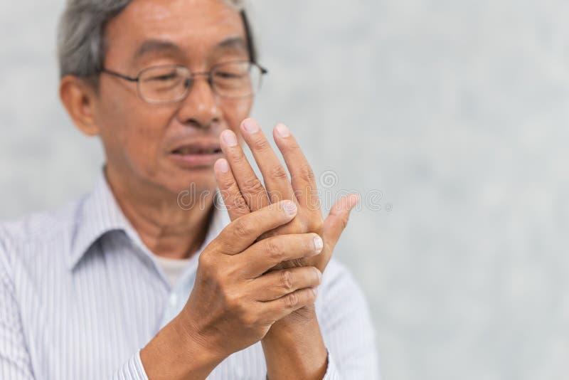 L'aîné souffrent le muscle de tendon de paume de main images stock