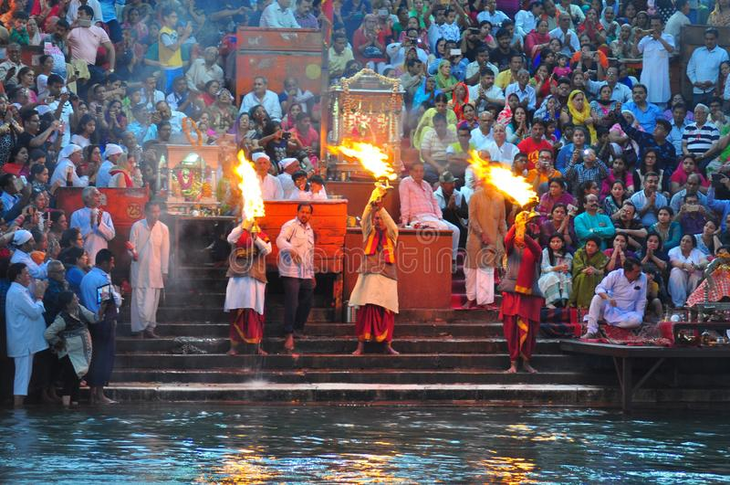 L'aarti de Gangaji est la rivière sacrée adorant par des centaines de passionnés publics sur les banques de Haridwar, Inde photo stock