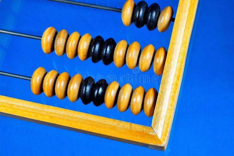 L'abaco è un retro dispositivo meccanico di calcolo Abaco — dispositivo meccanico del computer d'annata, un bordo di conteggio co fotografia stock libera da diritti