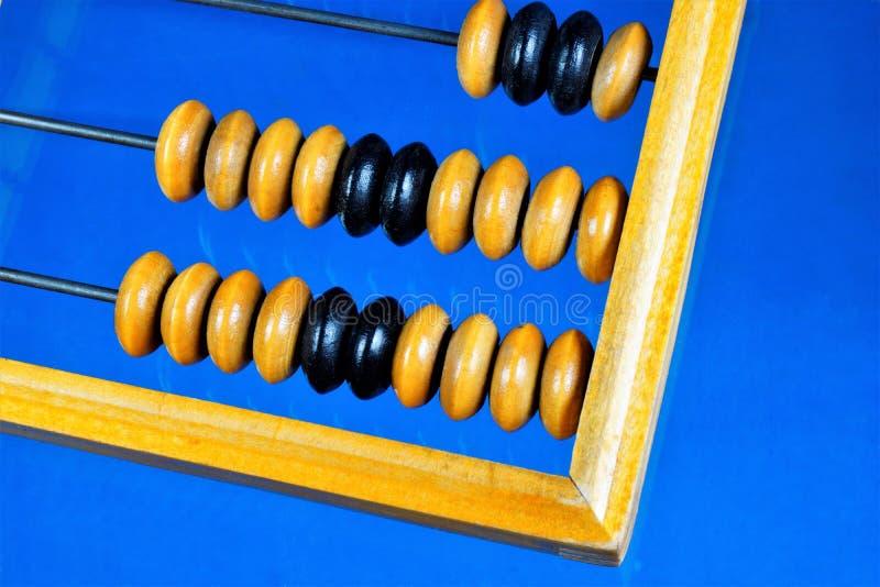 L'abaque est un rétro dispositif mécanique de calcul Abaque — dispositif mécanique d'ordinateur de cru, un conseil de compte avec photo libre de droits