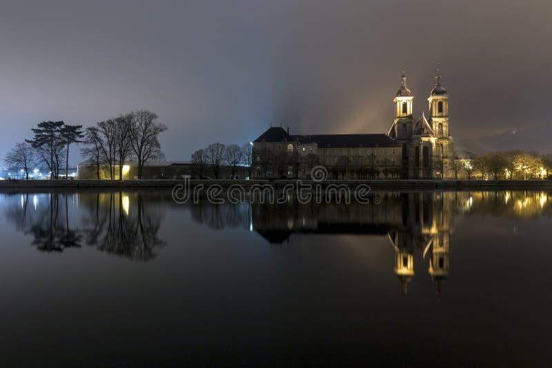 L'abbaye réfléchie photographie stock