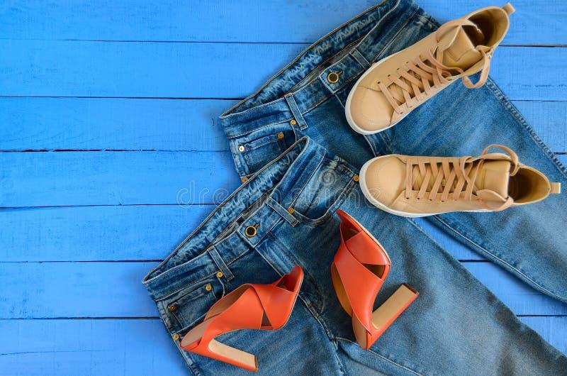 L'abbigliamento delle donne, blue jeans delle calzature, tallone di cuoio di terracotta fotografia stock