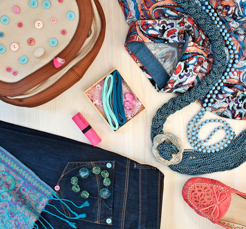 L'abbigliamento e gli accessori delle donne alla moda immagine stock