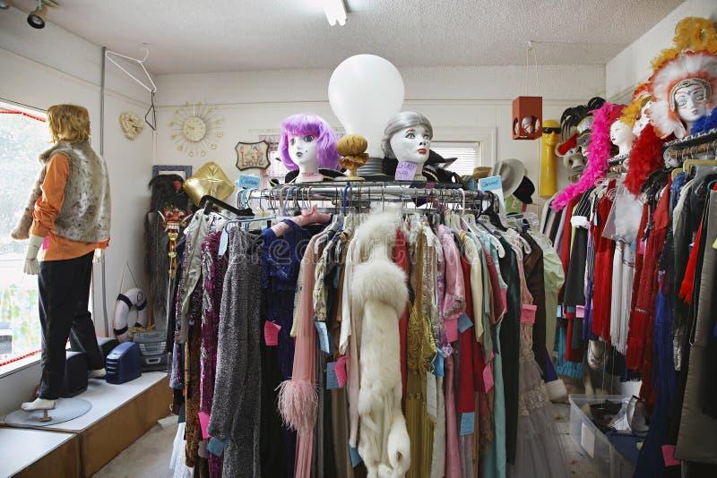 L'abbigliamento e le parrucche susseguentemente immagazzinano fotografie stock libere da diritti