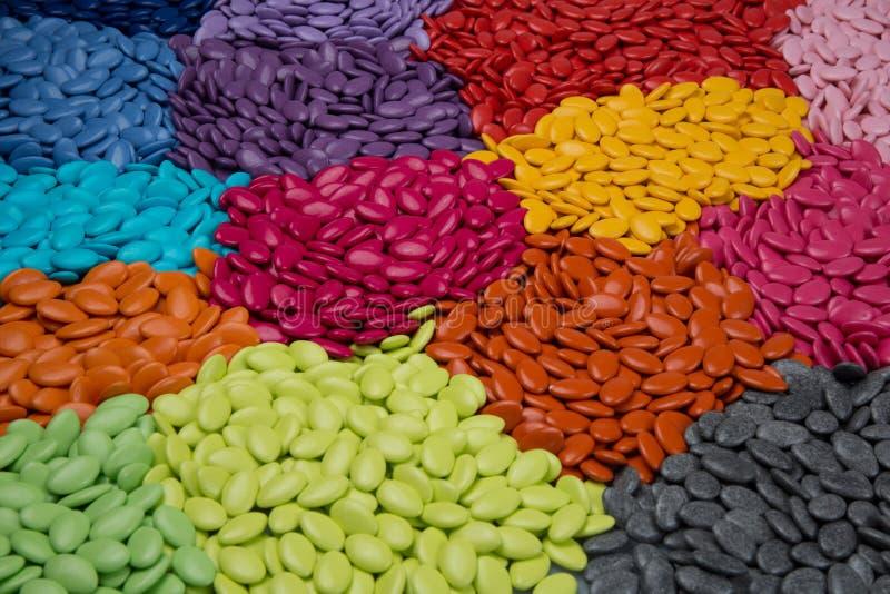 L'abbondanza dei confetti, zucchera le pillole rivestite su struttura del fondo fotografie stock