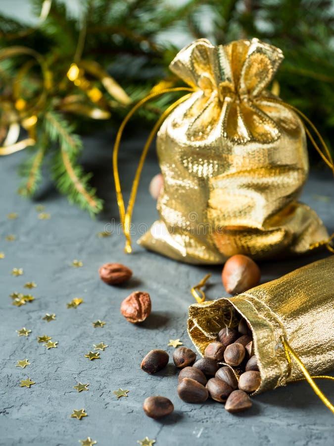 L'abete si ramifica sui precedenti concreti grigi con le stelle d'oro Natale del nuovo anno Borsa dell'oro dei dadi fotografia stock