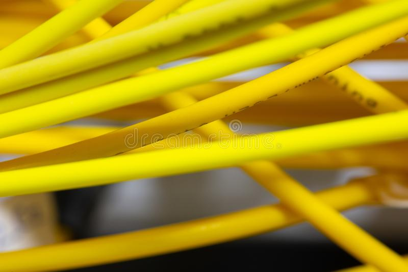 L'abrégé sur coloré câbles électriques et fils a brouillé l'image pour l'usage comme fond photos libres de droits