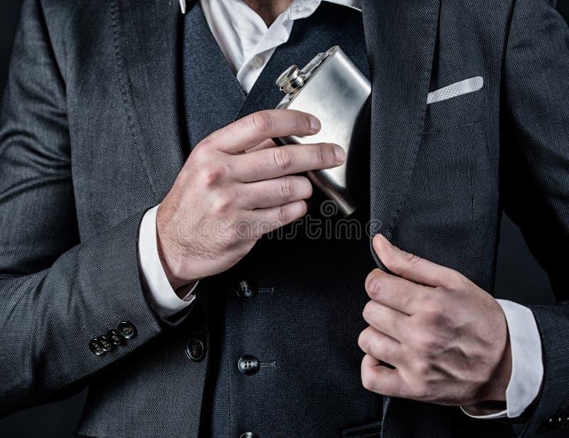 L'abus d'alcool de l'homme a la mauvaise d?pendance c?libataire et simple Homme d'affaires dans le costume concept d'abus d'alcoo images stock