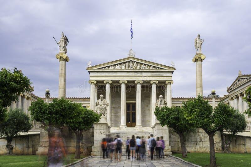L'accademia di Atene con la gente vaga fotografie stock