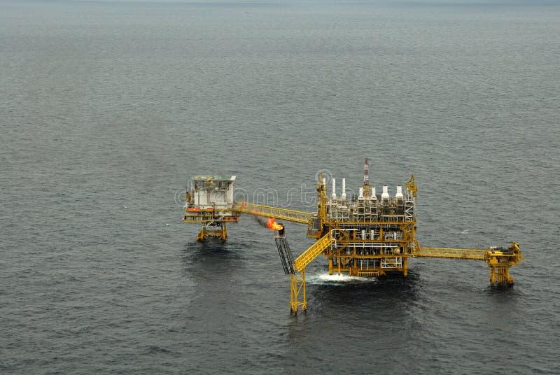 L'accensione di gas è sulla piattaforma dell'impianto offshore immagine stock