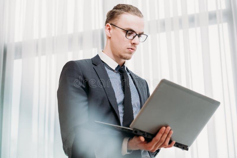 L'accesso Internet del computer portatile della tecnologia di affari si collega fotografia stock libera da diritti