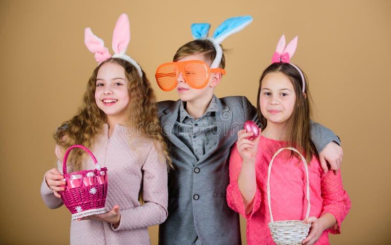L'accessorio delle orecchie del coniglietto dei bambini del gruppo celebra Pasqua Attività e divertimento di Pasqua Amici diverte fotografie stock libere da diritti