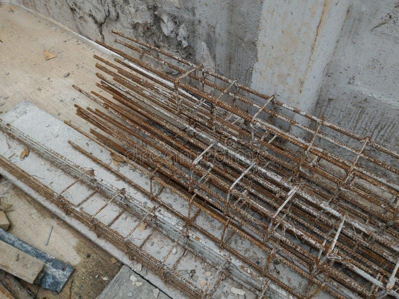 L'acciaio di rinforzo della colonna dentro rinforza la struttura in cemento armato fotografia stock libera da diritti