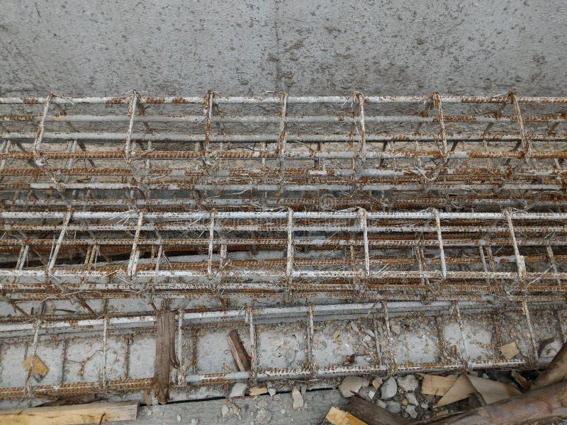 L'acciaio di rinforzo della colonna dentro rinforza la struttura in cemento armato fotografia stock