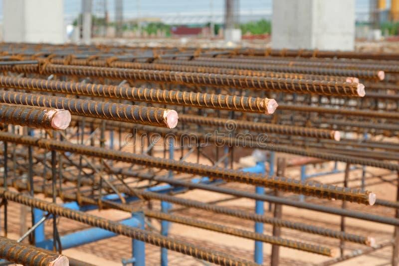 L'acciaio ha deformato il tondo per cemento armato della colonna nel cantiere immagini stock libere da diritti