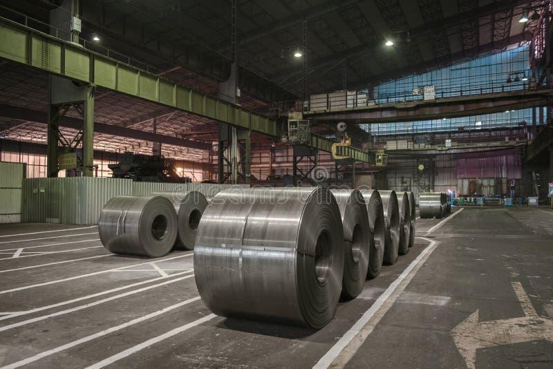 L'acciaio pesante si arrotola sul pavimento dell'acciaieria fotografia stock libera da diritti