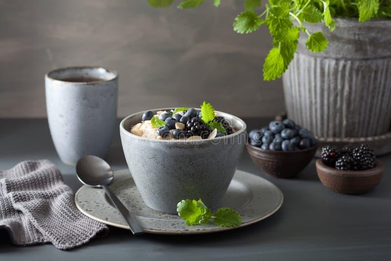 L'acciaio sano della prima colazione ha tagliato il porridge della farina d'avena con il blac del mirtillo immagini stock libere da diritti