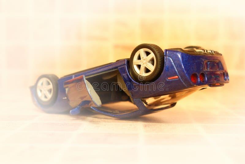 L'accident de voiture, voiture de jouet, a tourné à l'envers par des roues, concept d'accident de route, vignette photos stock