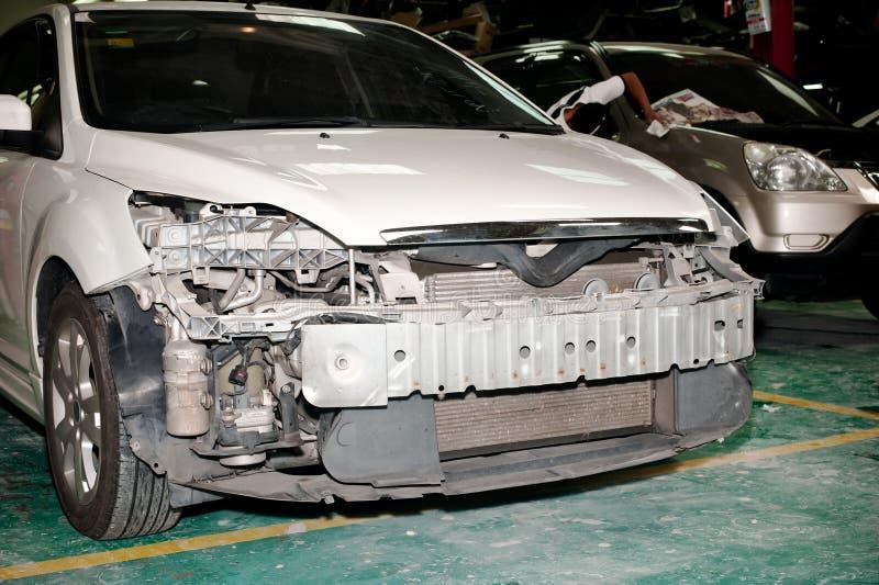 L'accident a endommagé la garde de butoir de perte de voiture garée dans la carrosserie de réparation photos libres de droits