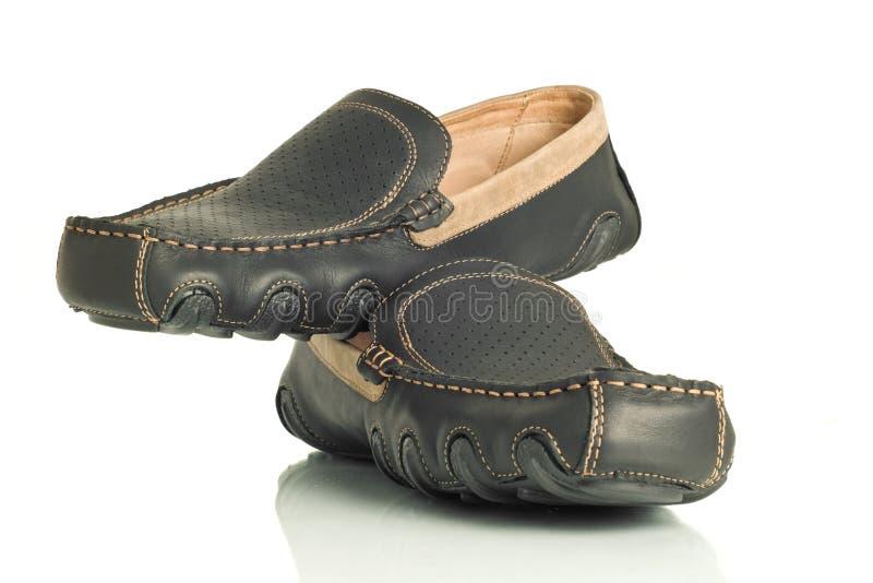 L'accoppiamento dei mens neri moderni calza i mocassini immagine stock