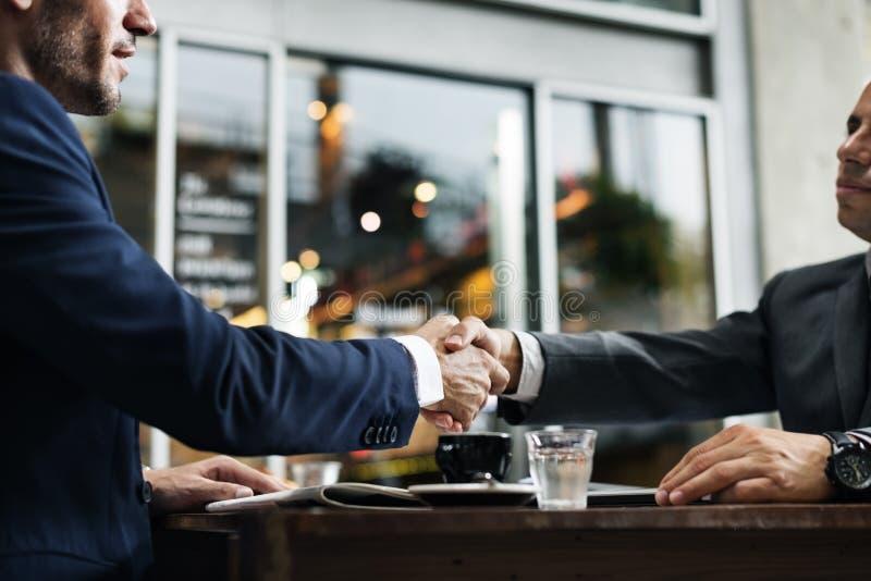 L'accord d'affaire d'association de poignée de main nomme le concept photographie stock