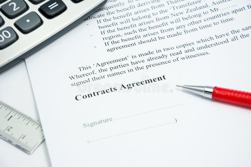 L'accord de contrats se connectent le papier de document photographie stock