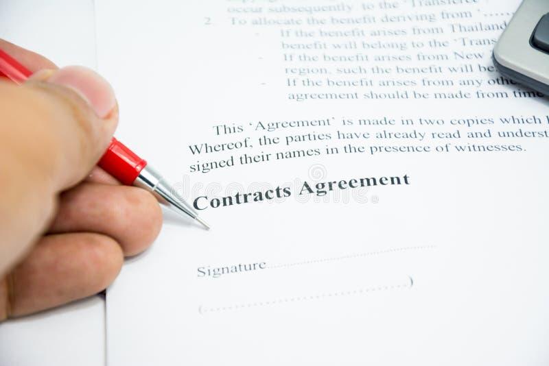 L'accord de contrats se connectent le papier de document photos stock