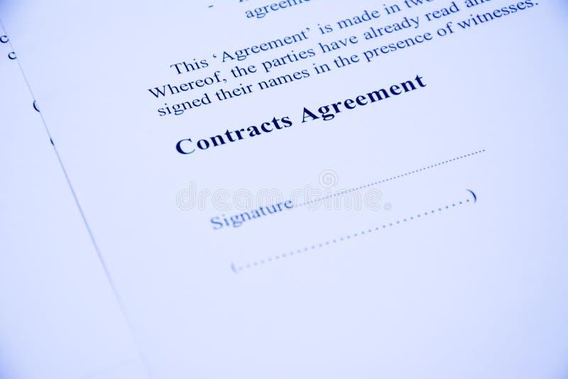 L'accord de contrats se connectent le papier de document avec le stylo rouge images stock