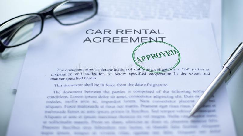 L'accordo approvato, guarnizione dell'autonoleggio ha timbrato sul documento ufficiale, affare immagine stock