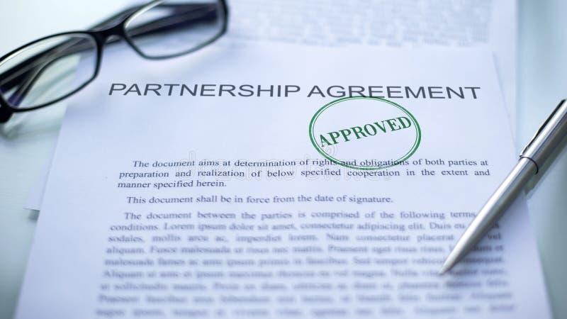 L'accordo approvato, guarnizione di associazione ha timbrato sul documento ufficiale, affare immagine stock