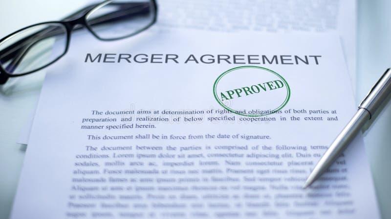 L'accordo di fusione approvato, guarnizione ha timbrato sul documento ufficiale, contratto di affari fotografia stock