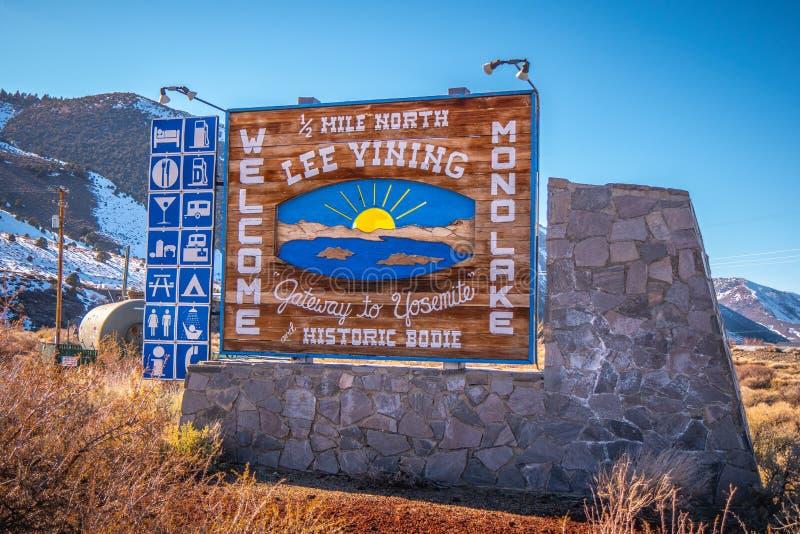 L'accueil vers le lac mono signent dedans l'?V?QUE de Sierra Nevada, Etats-Unis - 29 MARS 2019 image stock