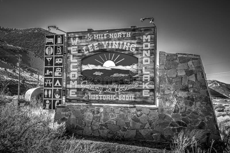 L'accueil vers le lac mono signent dedans l'?V?QUE de Sierra Nevada, Etats-Unis - 29 MARS 2019 images stock