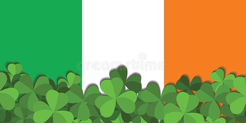 L'acetosella sui precedenti della bandiera dell'Irlanda immagine stock libera da diritti